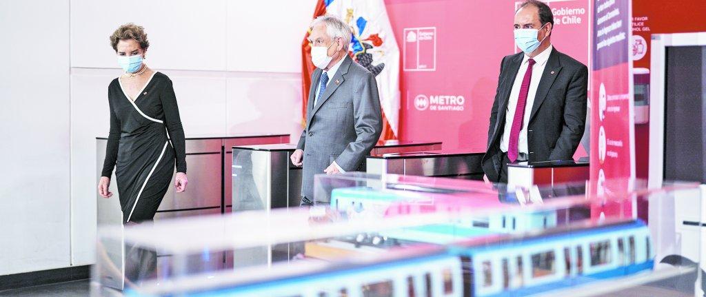 La ministra de Transportes, Gloria Hutt; el Mandatario, Sebastián Piñera, y el presidente del directorio de Metro, Louis de Grange.
